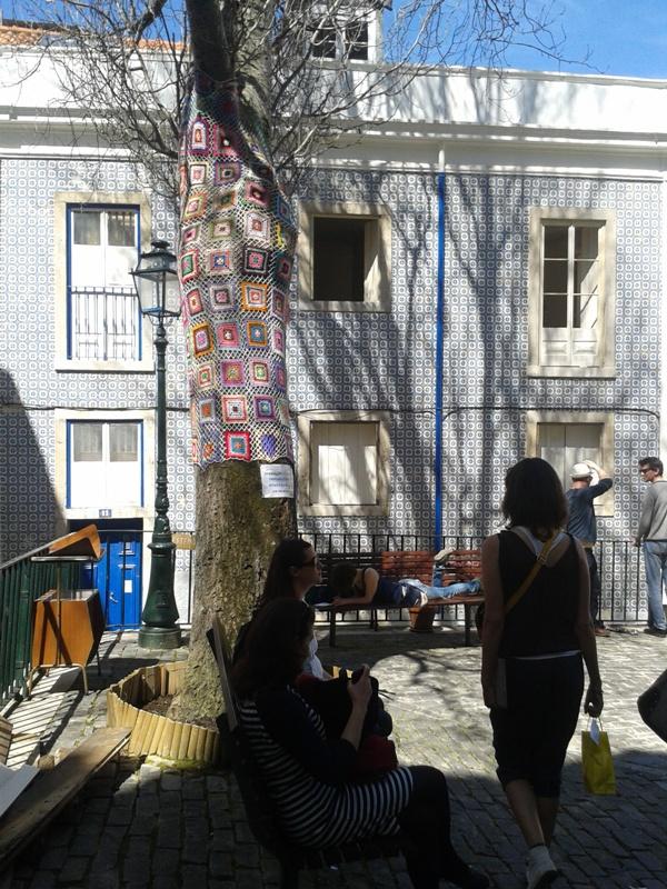 Quartier de Mouraria- Tricot d'arbre & bibliothèque de rue
